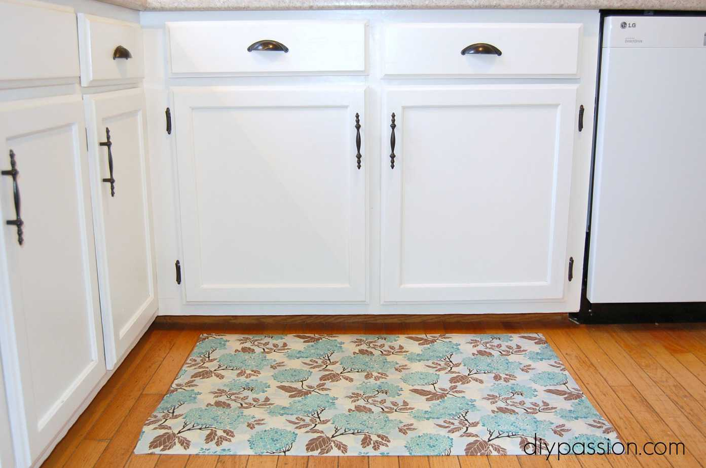 DIY Custom Kitchen Mat via diypassion.com